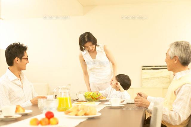 家族の食事風景イメージ30008000008の写真素材イラスト素材アマナ