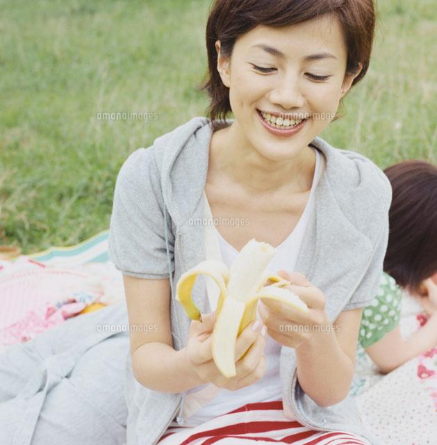 バナナを食べる女性[30010000137]  写真素材・ストックフォト ...