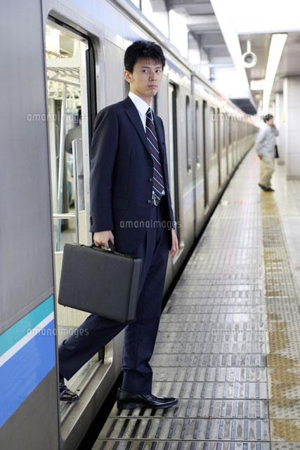 電車から降りる男性[30018000359...