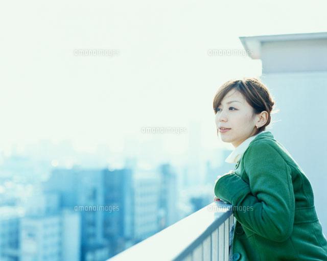 屋上で手すりに寄りかかる女性(c)Tejima Takanori/orion
