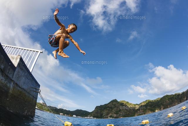 小笠原の海へ飛び込む男の子32282002708の写真素材イラスト素材