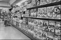 値引きで攻勢をかけるスーパーの売り場 1977年【要事前申請】