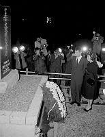 ケネディ大統領慰霊碑に花輪を捧げるケネディ米司法長官夫妻=横田米軍基地 画像サイズ:2227×2894ピクセル【要事前申請(TV番組および新聞記事使用不可)】