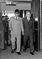 首相官邸に入る池田首相とインドネシアのスカルノ大統領 画像サイズ:2055×2894ピクセル【要事前申請(TV番組および新聞記事使用不可)】
