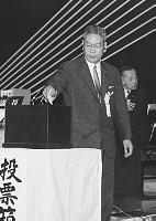 自民党総裁選、投票する池田勇人首相=東京・文京公会堂 画像サイズ:2053×2894ピクセル【要事前申請(TV番組および新聞記事使用不可)】
