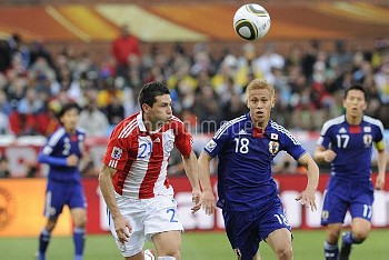 Paraguay's Antolin Alcaraz and Japan's Keisuke Honda during the 2010 FIFA World Cup South Africa 1/8