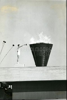 1964年 東京五輪 国立競技場 開会式 聖火台に点火する坂井義則さん【要事前申請】