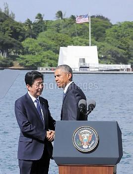 【要事前申請】握手する安倍首相とオバマ大統領 米ハワイ・真珠湾