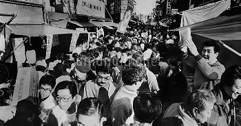1986年 築地市場 カズノコ売りの声が威勢よく響き、大混雑の築地場外市場【要事前申請】