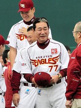 【要事前申請】キャンプインし、ユニホーム姿を披露する楽天の星野監督 プロ野球