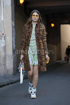 A P C - Paris Woman Streetstyle Spring Summer 2019
