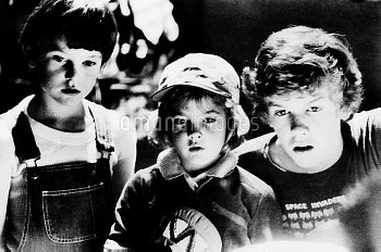 E.T., (aka E.T.: THE EXTRA-TERRESTRIAL), from left, Henry Thomas, Drew Barrymore, Robert McNaughton,