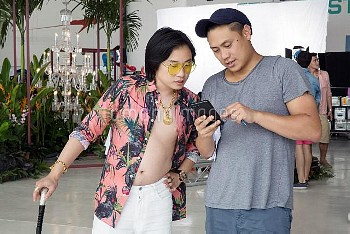 CRAZY RICH ASIANS, from left: Jimmy O. Yang, director Jon M. Chu, on set, 2018. ph: Sanja Bucko /© W