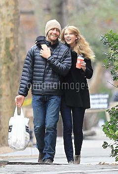 Taylor Swift, Jake Gyllenhaal,Exclusive - Taylor Swift & Jake Gyllenhaal Spend Thanksgiving Together