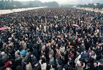 平成元年がスタート、夕暮れの皇居前広場を埋めた記帳者の列 画像サイズ:2520×1708ピクセル【要事前申請(TV番組および新聞記事使用不可)】