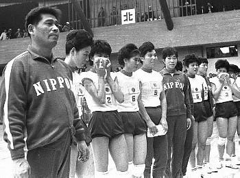東京五輪、バレーボール女子決勝、拍手に整列して応える日本チーム=駒沢体育館 画像サイズ:1890×1402ピクセル【要事前申請(TV番組および新聞記事使用不可)】