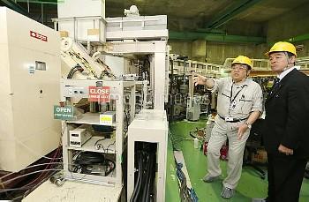 ニホニウム命名 研究施設を説明する森田氏【要事前申請(TV番組および新聞記事使用不可)】