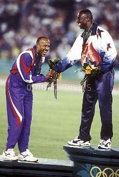 オリンピック  第26回アトランタ大会(アメリカ 1996年) 陸上 男子 200m 表彰式 金:マイケル・ジョンソン(アメリカ) 銀:フランク・フレデリクス(ナミビア) クレジット:フォート・キシモ