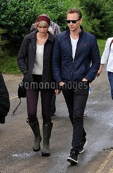 Taylor Swift, Tom Hiddleston,Taylor Swift And Tom Hiddleston Walk On Suffolk Beach 162022