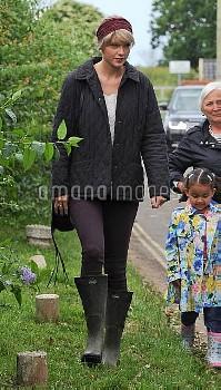 Taylor Swift,Taylor Swift And Tom Hiddleston Walk On Suffolk Beach 162022
