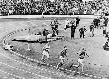 Czechoslovakia's Emil Zatopek (r) sprints to gold, beating France's Alain Mimoun (second r, silver)