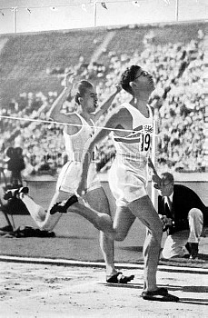 Great Britain's Tommy Hampson (r) wins gold from Canada's Alex Wilson (l) in a world record time of