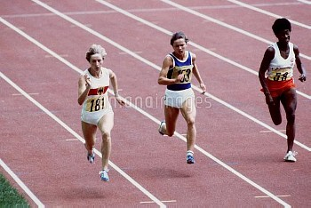 West Germany's Annegret Richter (l) storms away from East Germany's Maries Oelsner (c) to win her he