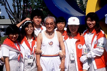 Sohn Kee-Chung (c, 1936 Olympic Marathon gold medallist), at 76 the oldest torch bearer for the Seou