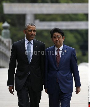 U.S. President Barack Obama (L) talks with Japanese Prime Minister Shinzo Abe on Ujibashi bridge as
