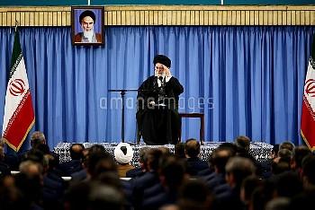 イランの最高指導者ハメネイ師が演説 Iran's Supreme Leader Ayatollah Ali Khamenei delivers a speech in a meeting with m