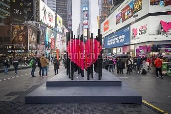 """バレンタイン恒例、ハート型作品の展示=米国・ニューヨーク・タイムズスクエア NY: """"We Were Strangers Once Too"""" in Times Square for Valentine"""