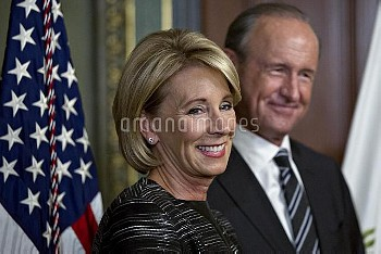 ベッツィ・デボス教育長官 Vice President Pence Swears In Betsy DeVos As Education Secretary