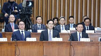 SEOUL, Dec. 6, 2016 (Xinhua) -- SK Group chairman Chey Tae-Won, Samsung Electronics Vice Chairman Le