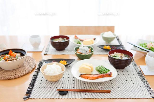 食卓の上の料理[07800009212]の写真素材・イラスト素材|アマナイメージズ