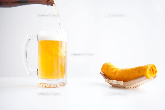 ビールとおしぼり07800013533の写真素材イラスト素材アマナイメージズ