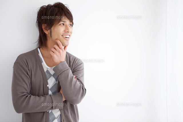 顎に手をあてる日本人男性07800016795の写真素材イラスト素材