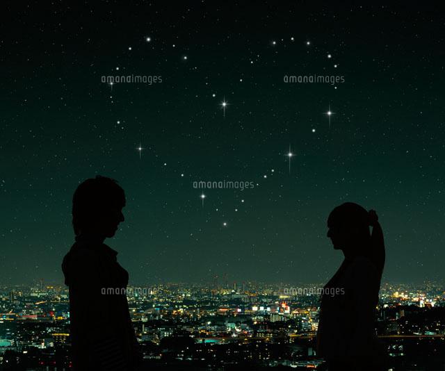 向き合うカップルのシルエットと夜景07800018877の写真素材イラスト