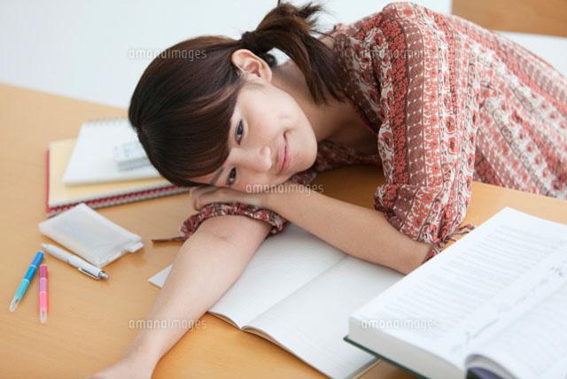 机に伏せる大学生07800019400の写真素材イラスト素材アマナイメージズ