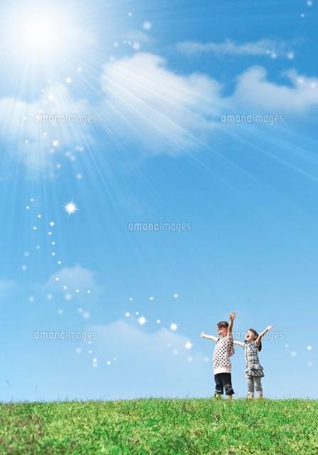 空に向かって手を広げている女の子2人07800026141の写真素材イラスト