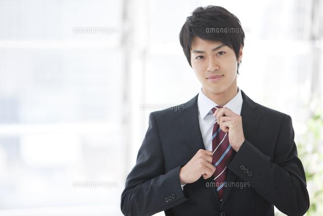 ネクタイを締めるビジネスマン[07800035164]の写真素材・イラスト素材 ...