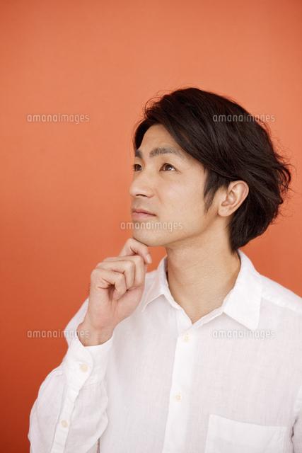 顎に手をあてる男性07800039642の写真素材イラスト素材アマナ