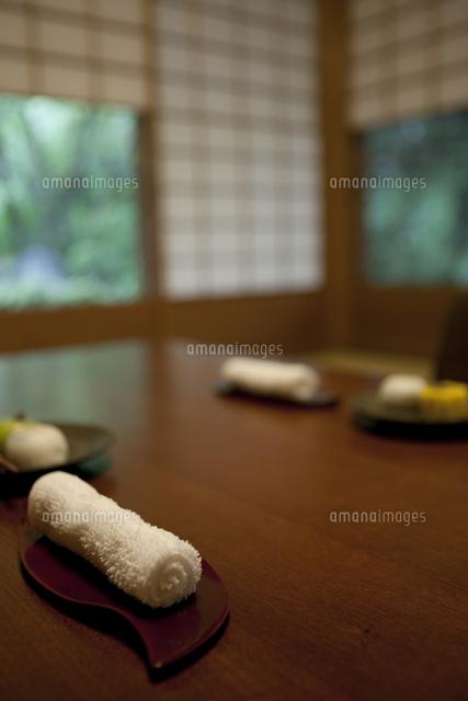 座卓に置かれたおしぼり07800055475の写真素材イラスト素材アマナ