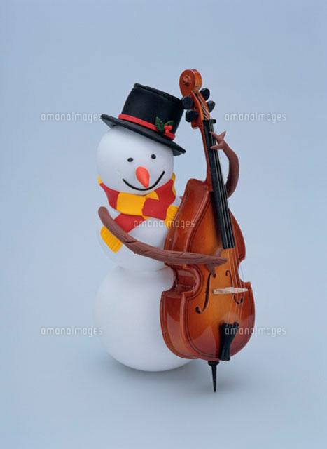 コントラバスを演奏する雪だるま09522000050の写真素材イラスト素材