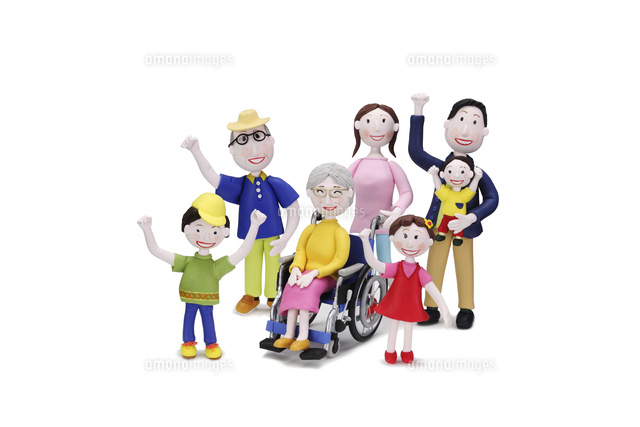 車椅子に乗った祖母と家族7人09522001083の写真素材イラスト