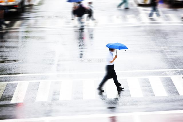 雨の日の通行人10131036053の写真素材イラスト素材アマナイメージズ