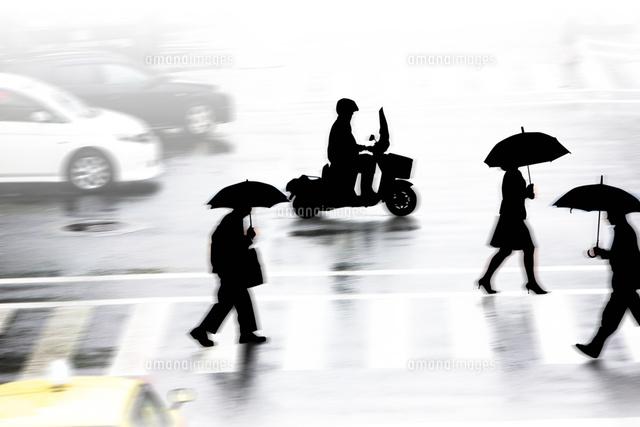 雨の日の通行人10131036055の写真素材イラスト素材アマナイメージズ