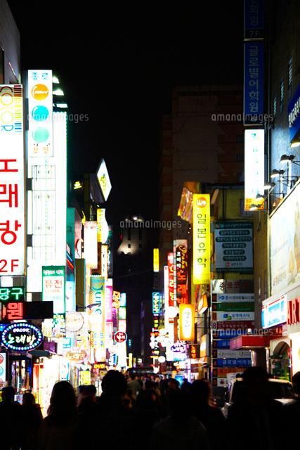 韓国の夜のネオン街10132105505の写真素材イラスト素材アマナ