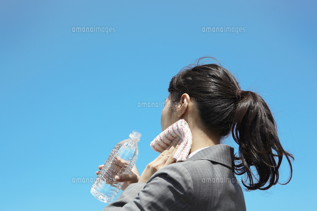 水を飲む女性