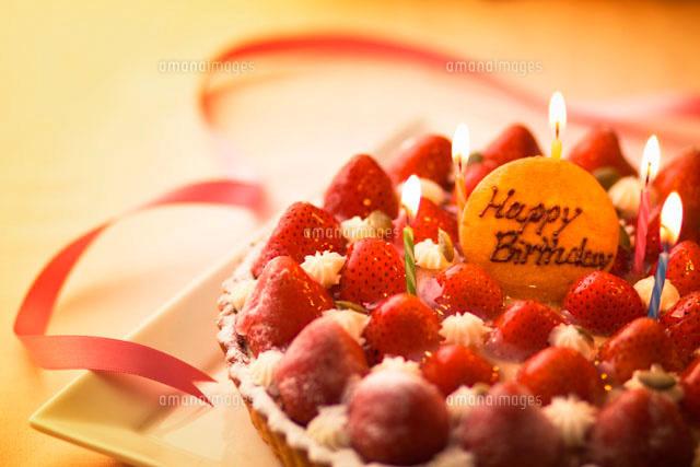 キャンドルを立てた苺のバースデーケーキとリボン10144000044の写真