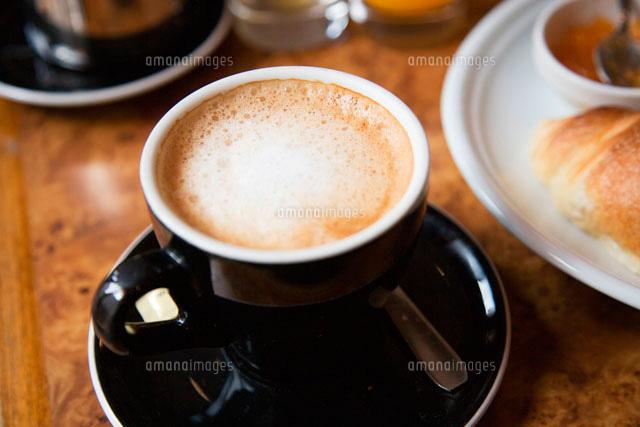 黒いカップのカフェオレ10158000434の写真素材イラスト素材アマナ